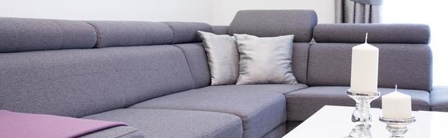 närbild av kantig soffa foto