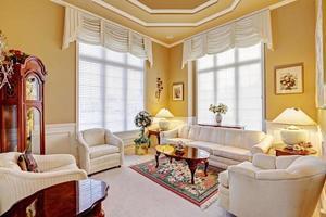 lyxig ruminredning med antika möbler foto