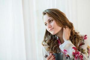 romantiskt porträtt av en vacker ung kvinna foto
