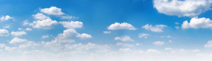 blå himmel och vita moln