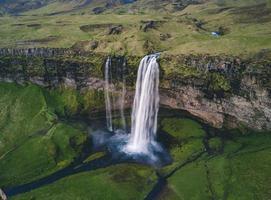 flygfotografering av vattenfall foto