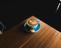 blå keramisk tekopp av latte