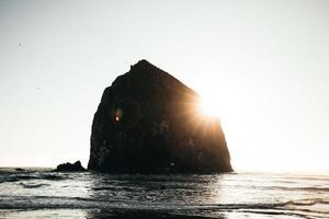 silhuett av höstack rock, oregon foto