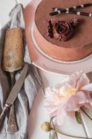 chokladkaka på den vita plattan foto