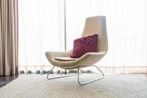 vit stol med kudde i vardagsrummet foto