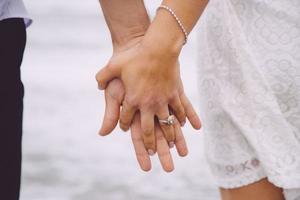 gifta par som håller varje händer foto