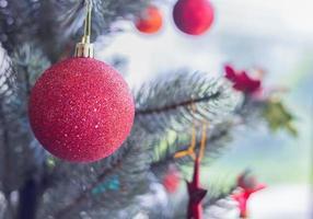 röda julgranskulor på träd foto
