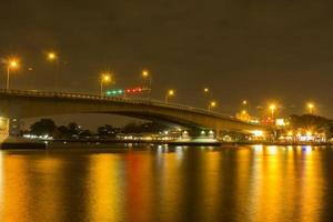 lång exponering av en bro över floden Chao Phraya foto