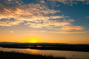 guld solnedgång himmel med moln foto