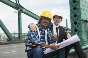 en entreprenör och ingenjör som ger tummen upp foto