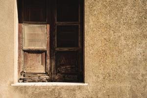 stängt brunt fönster