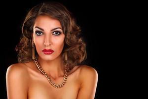 lyxig vacker brunettkvinna foto