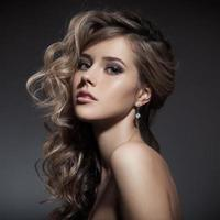 vacker blond kvinna. lockigt långt hår foto