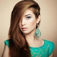 porträtt av vacker ung kvinna med örhängen
