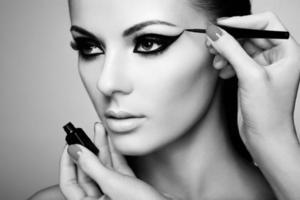 makeupartist tillämpar ögonskugga foto