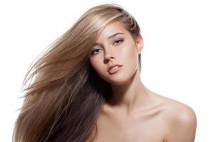 vacker blond flicka. friskt långt hår. vit bakgrund foto