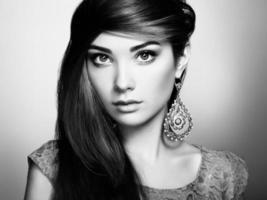 porträtt av vacker ung kvinna med örhängen foto