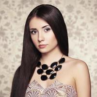 porträtt av ung vacker kvinna med smycken