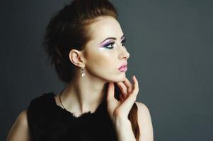 ung kvinnastående i studio. foto