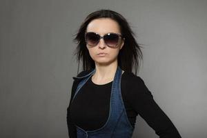 mode porträtt av snygg ung vacker kvinna med brunt hår. foto