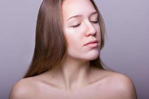 studio skönhet porträtt av en vacker ung kvinna foto