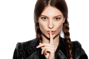 hårfläta. kvinna med friskt långt brunt hår foto