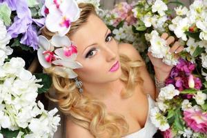 vacker chic kvinna runt blommorna. foto