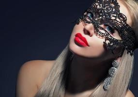 attraktiv flicka i karneval mask foto