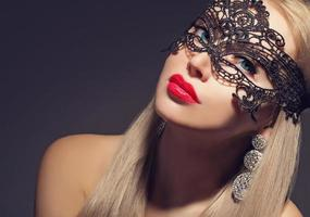 underbar kvinna i karnevalmask foto