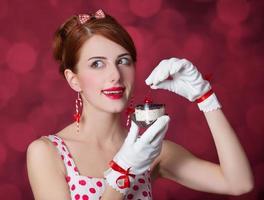 vackra rödhåriga kvinnor med godis. foto