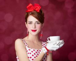 vackra rödhåriga kvinnor med kopp te. foto