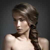 vacker kvinna porträtt. långt brunt hår foto