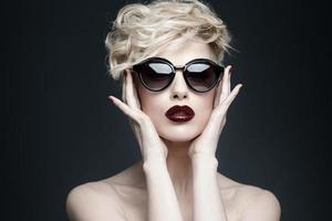 porträtt av en vacker kvinna med ren hud foto