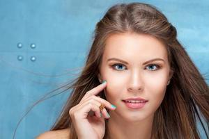 mode porträtt av vacker ung kvinna med långt hår foto