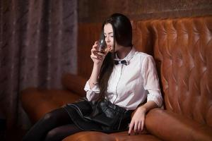vacker flicka som dricker alkohol foto