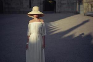 vacker kvinna i stråhatt foto