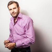 elegant ung stilig man i ljusa färgglada skjorta. foto