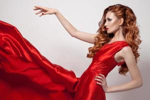 ung vacker kvinna i röd klänning. foto