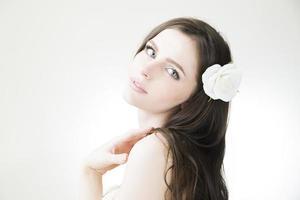 studio porträtt av en ung vacker flicka foto