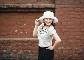 kvinna i retro hatt foto