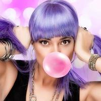 skönhet snygg party girl. lila peruk och bubbelgummi foto