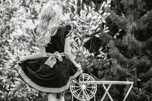 vacker ung blond flicka i lyx saga klänning.