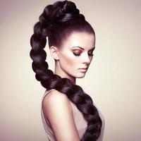 porträtt av vacker sensuell kvinna med elegant frisyr