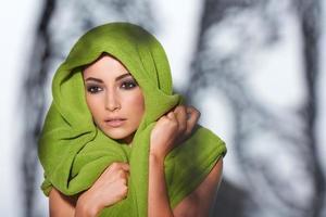 kvinna med smokey makeup och grön turban foto