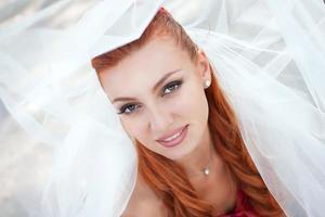 bruden i slöja på nära håll utanför foto