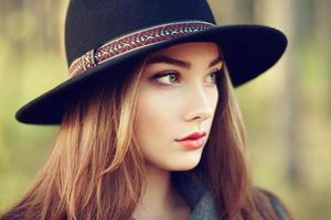 porträtt av ung vacker kvinna i höstrock foto
