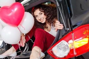 ung kvinna håller ballonger försöker foto