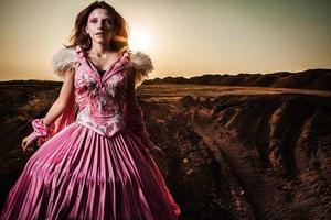 attraktiv romantisk kvinna på vacker rosa klänning utgör utomhus. foto