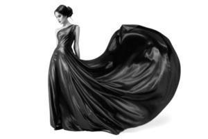 modekvinna i fladdrande klänning. svartvit bild.