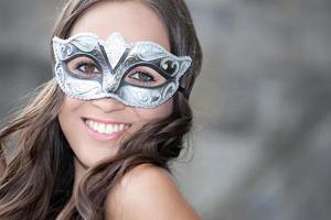 porträtt av en kvinna i venetiansk mask foto
